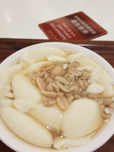 Something sweet to start the day right! Beancurd with peanuts.