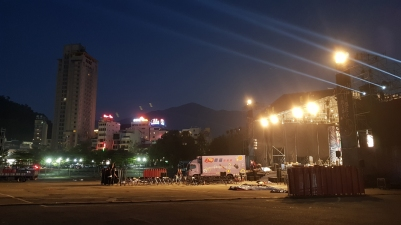 They were setting up a stage for a concert at the huge carpark infront of our hotel.