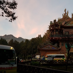 The mini bus on the bottom left, was heading back to Alishan Visitor Center. But we preferred to walk.
