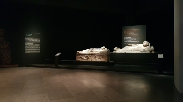Sculptures of men lying on their side with a cup in their hand. National Museum of Korea