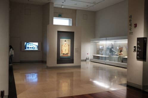 A spacious and clean gallery in National Museum of Korea.